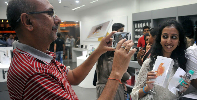 02_iPhone-6s-Launch-at-Phoinix-Mall